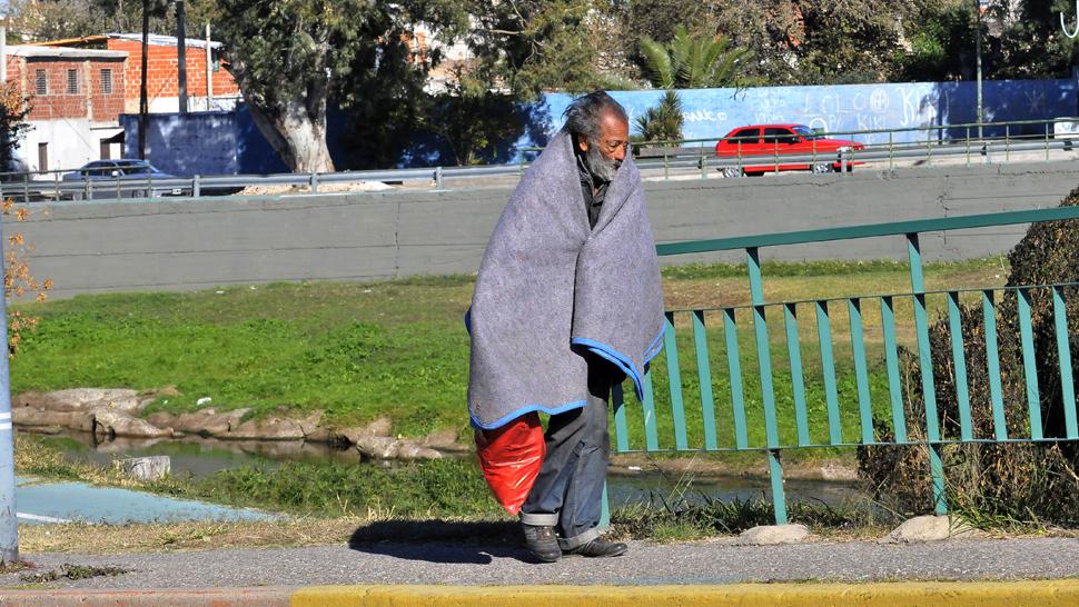 pobreza_anciano_ancianidad_linyera_frio_en_costanera_y_canton.jpg