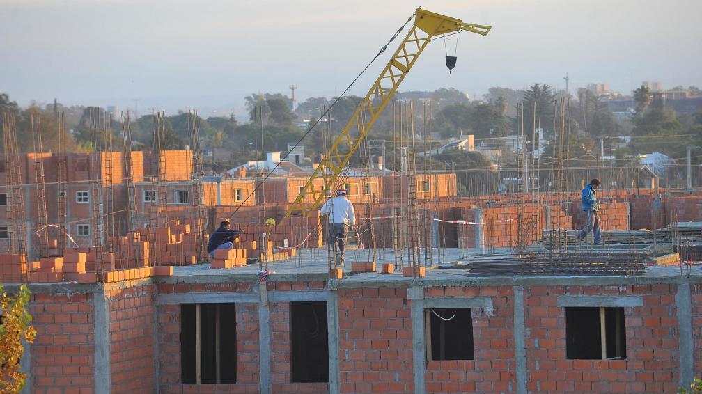 Con fondos propios. Las viviendas del fallido plan Hogar Clase Media se construyen con recursos que aporta la Provincia (Sergio Cejas/Archivo).
