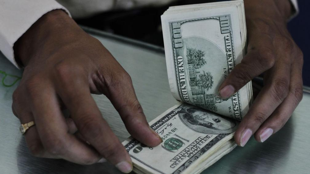 """Verde. Desde que el Gobierno limitó la adquisición de divisas se disolvió el llamado mercado """"único y libre"""" de cambios."""