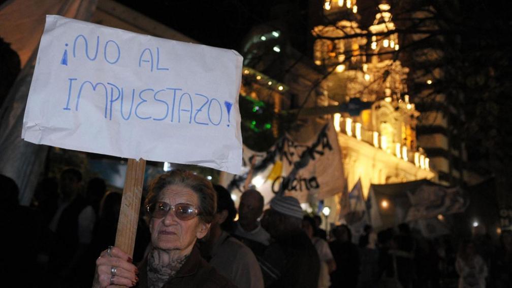En contra. Vecinos marcharon el jueves contra el aumento aplicado al consumo telefónico, cable e Internet (LaVoz).
