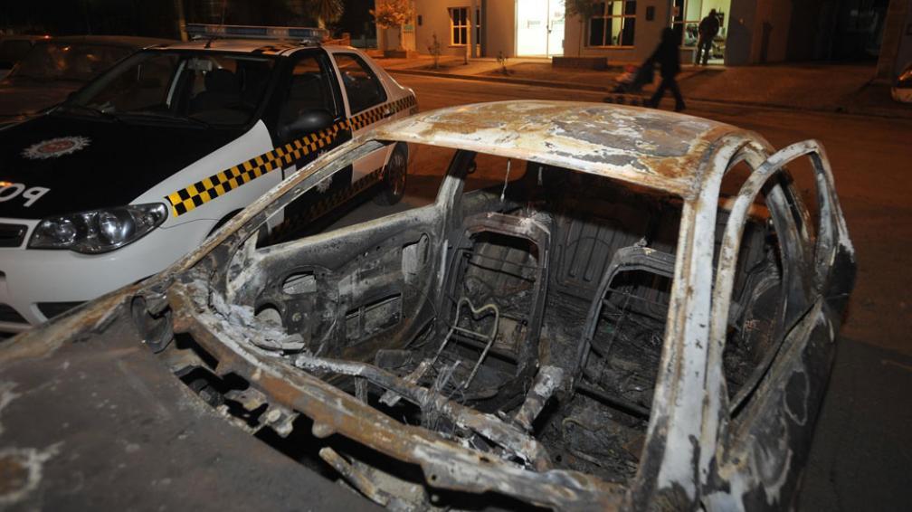 Calcinado. El Ford Ka fue hallado quemado en General Paz, a 300 kilómetros del pueblo de la mujer (Antonio Carrizo/LaVoz).