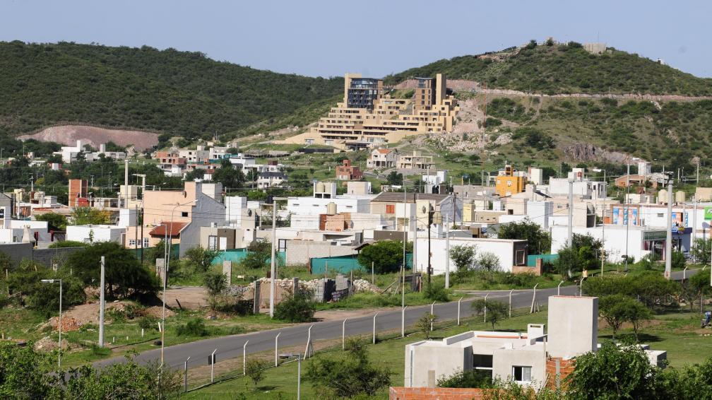 Explosión. Country La Cuesta y, al fondo, el complejo de departamentos Buena Vista Resident (José Gabriel Hernández/Archivo).