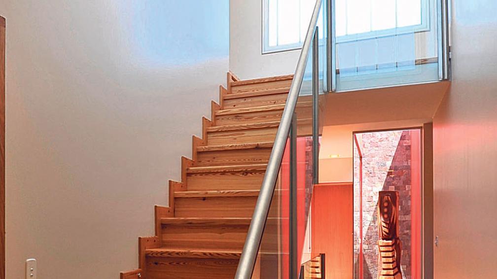 Embutidas en el piso y siguiendo un ritmo, una opción para enfatizar la linealidad de estas áreas (Roger Berta).