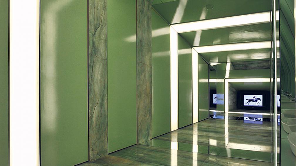 Rajas con luz difusa en muros y cielos rasos, marcan el paso y generan un sugestivo dinamismo (Roger Berta).