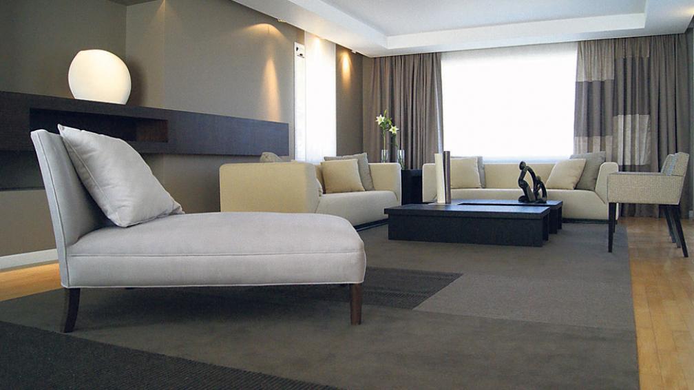 Chaise, madera y cerámica se combinan para generar el alma del espacio. Contiene una alfombra de lana de oveja, de distintos marrones y grises.