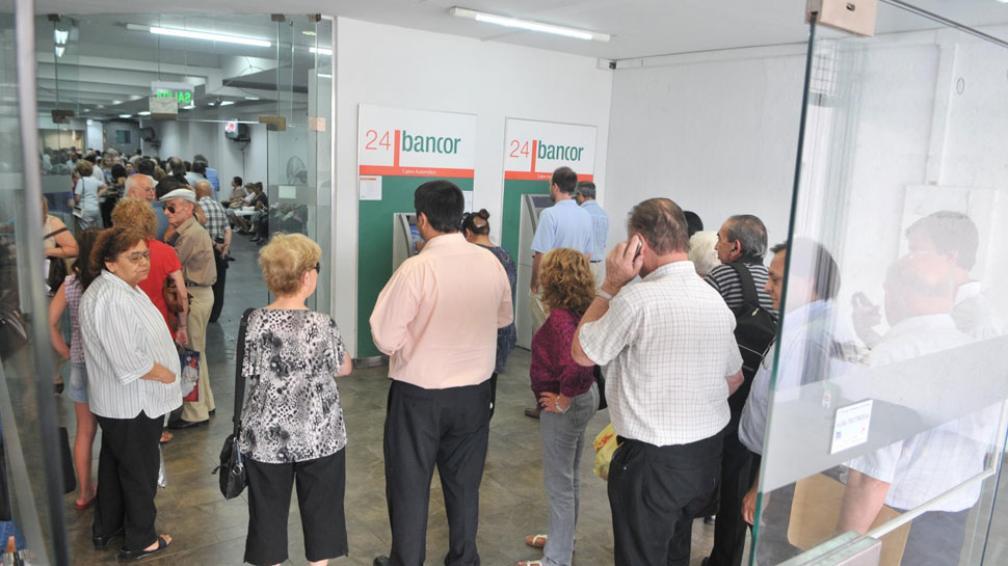 Colas. El Bancor tiene 483 mil cuentas, entre jubilados y activos. Podrán usar sin cargo cajeros de otra red (Darío Galiano / Archivo).