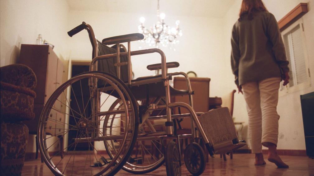 Motricidad. Quienes sufren la enfermedad tienen problemas para desplazarse y pueden llegar a necesitar silla de ruedas (La Voz).