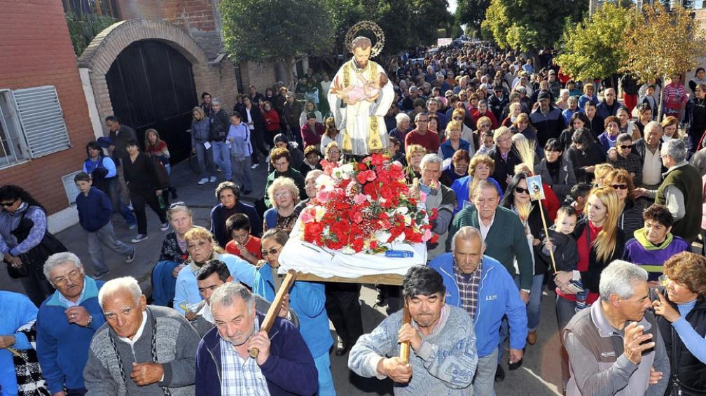 """Fieles. Aunque la convocatoria fue menor este año, los feligreses mostraron la misma devoción por el """"santo del trabajo"""" (Sergio Cejas/LaVoz)."""