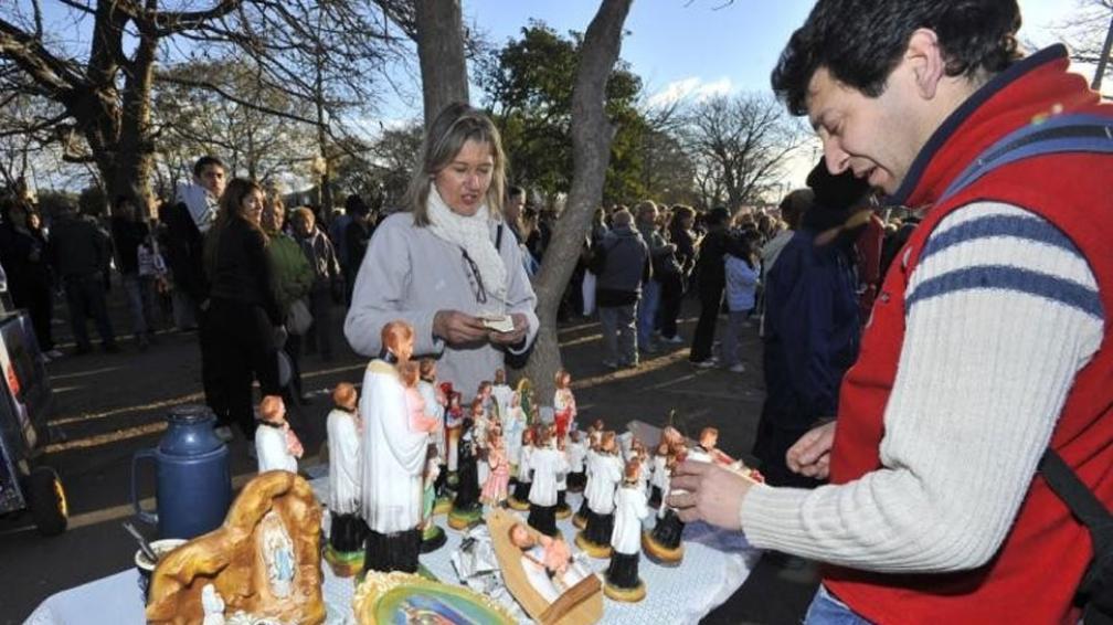 Menos venta. Los puestos que comercializaban velas e imágenes religiosas vendieron menos que en otros años (Sergio Cejas/LaVoz).
