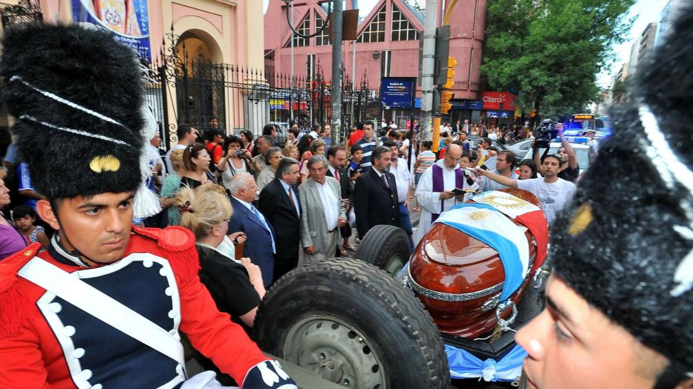 El cortejo, detenido frente a la Iglesia de Santo Domingo El cortejo, detenido frente a la Iglesia de Santo Domingo  (La Voz/S. Cejas).