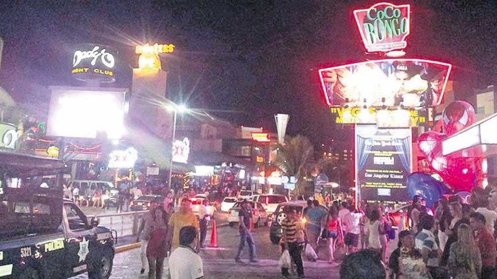 La noche en Cancún. Coco Bongo, la disco más conocida.