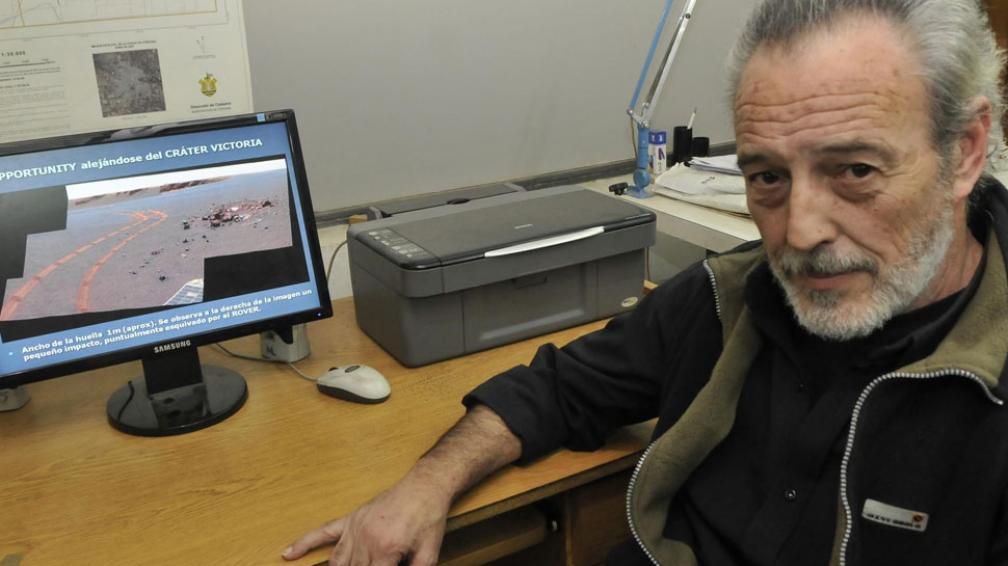 Buen ojo. Quintana Salvat muestra en su pantalla una foto del Rover Opportunity. El investigador se dedica al análisis geológico de imágenes satelitales (La Voz / Martín Baez).