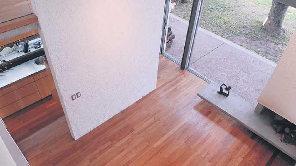 """Elegancia moderna de madera maciza. Un piso """"prefinished"""" que mantiene la estética de los clásicos entablonados (Roger Berta)."""