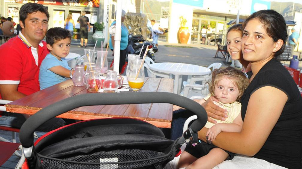 150 por almuerzo. Eso gastó en promedio la familia Quiroga, alojada en La Falda (Martín Santander/La Voz).