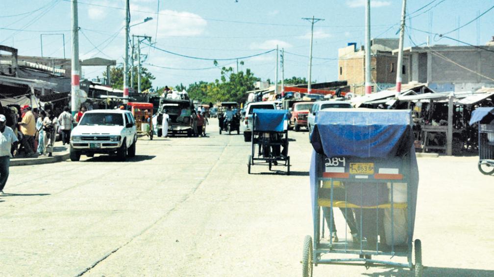 """Uribia muestra una descarnada fisonomía de caos con triciclos- taxi, presurosos """"chivos"""" y viejos caciques wayuu que representan la cultura nativa."""