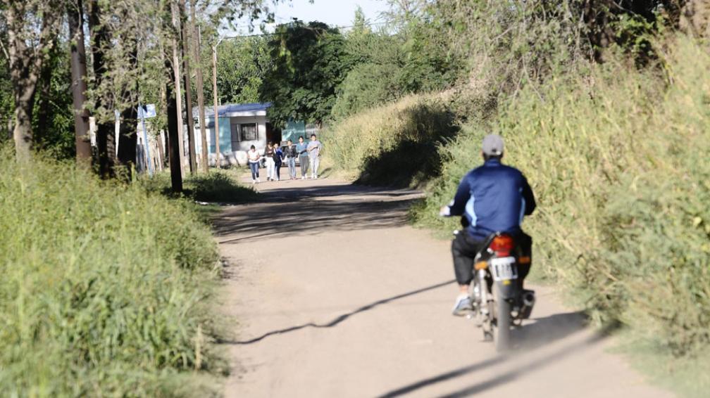Entre los yuyos. En un descampado de barrio Autódromo fue hallado el cadáver del supuesto ladrón (La Voz).