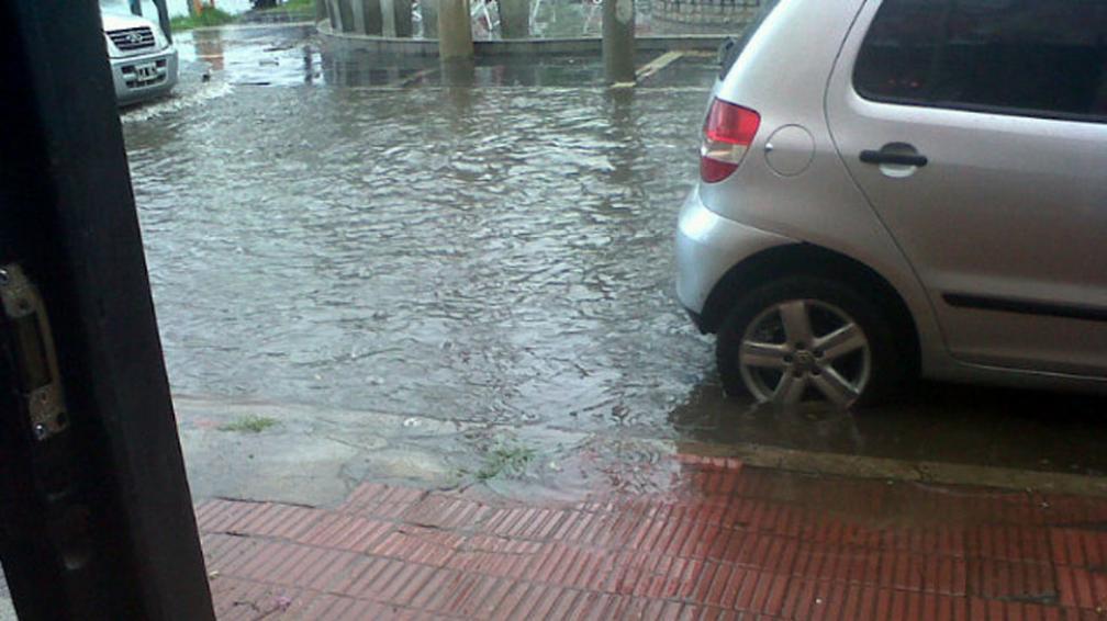 LLUVIA. Agua en la intersección de Esteban Bustos y Núñez. Foto publicada por nuestra lectora de Twitter @babyfernandez