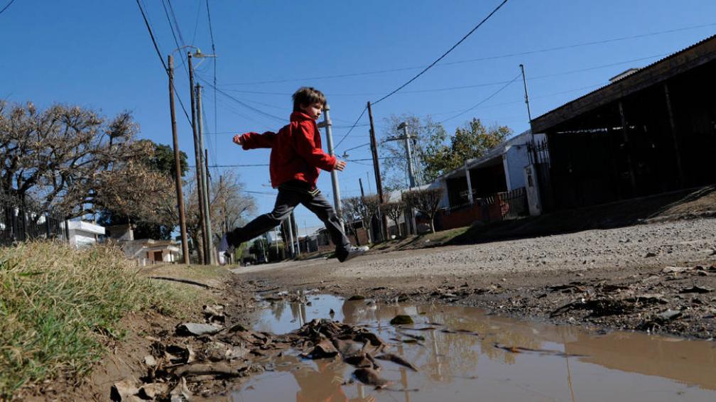 CORRE EL AGUA. En calle Los Calabreses se arman grandes charcos por el agua que baja de otros barrios (LaVoz/DGaliano).