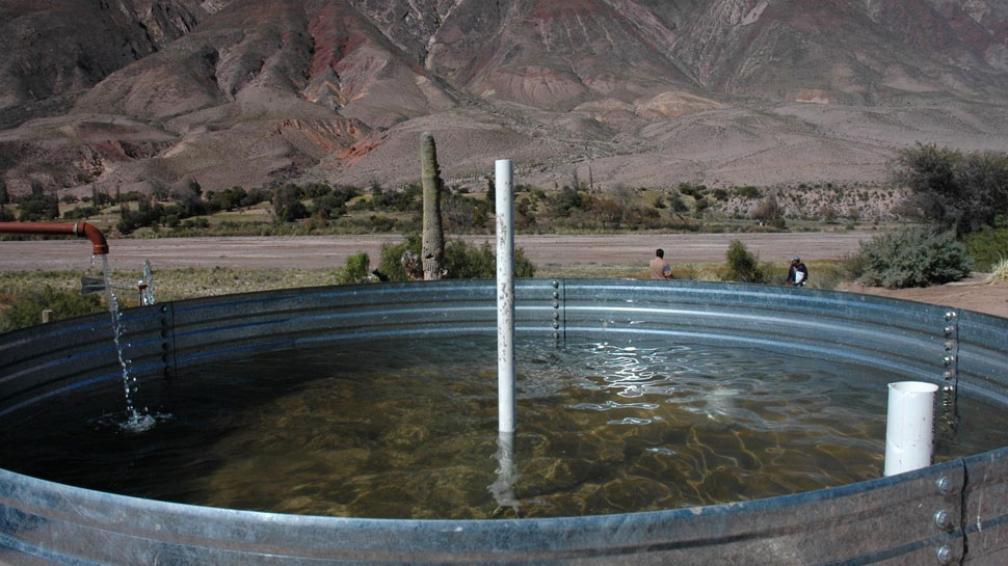 Imponente. El paisaje de la Quebrada de Humahuaca enmarca otra maravilla, la del agua colectada por los habitantes de la zona que no tienen agua corriente (Bibiana Fulchieri).