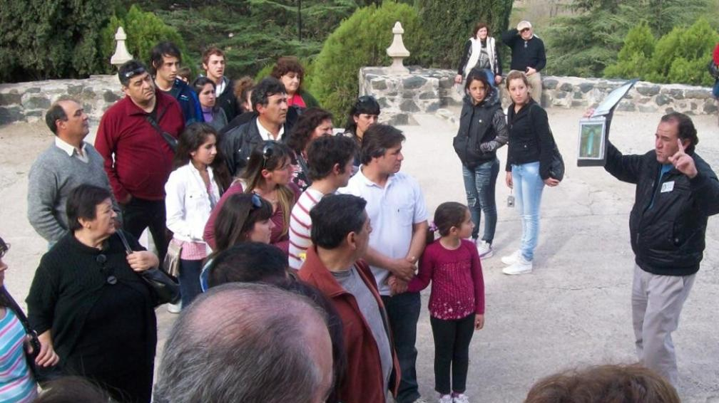 """Explicación. Uno de los """"servidores"""" cuenta la historia de la Virgen y pide que la gente se entregue a Dios (LaVoz)."""