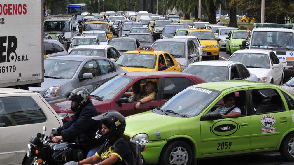 Ciudad de Córdoba. La gran cantidad de autos provoca problemas de tránsito en muchos barrios (La Voz / Pedro Castillo).