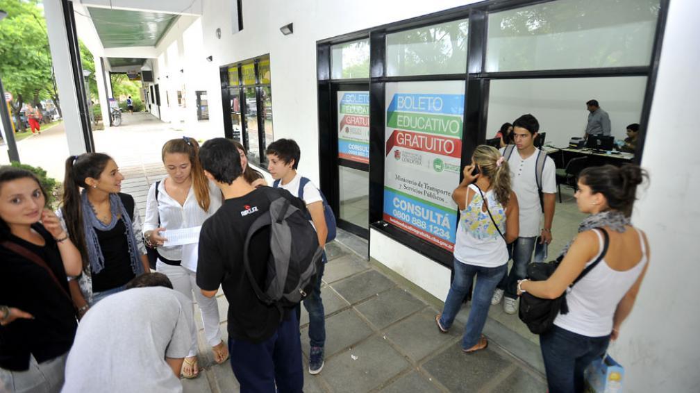 BOLETO. Los alumnos universitarios hacen cola para sacarlo (Archivo).
