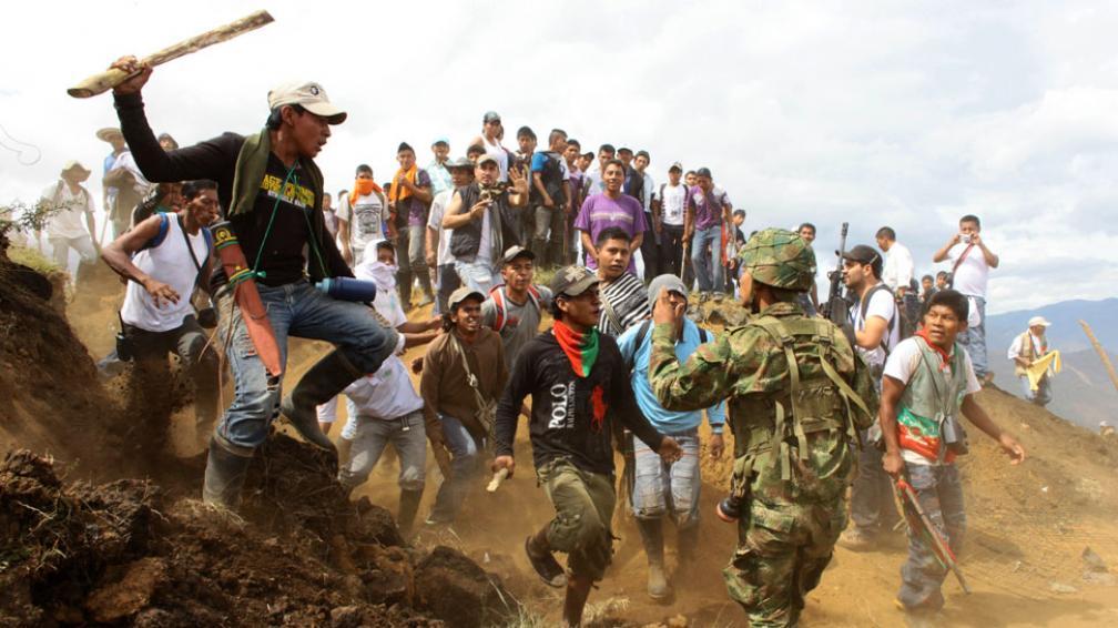"""""""¡Váyanse a otra parte!"""". Indígenas atacaron y expulsaron a soldados de las montañas de Toribío (AP)."""