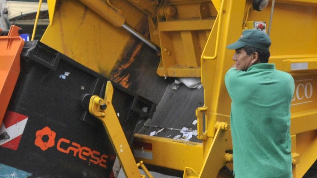 Arriba. Los recolectores de residuos perciben, en promedio, un bruto cercano a los 10.500 pesos (La Voz / Archivo).