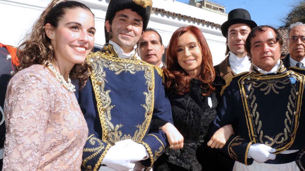 A tono. La Presidenta, en Tucumán y flanqueada por personajes con vestimenta típica de la época (DYN).
