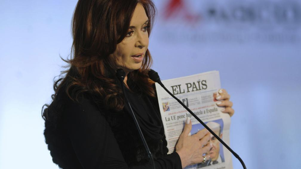 CRISTINA FERNÁNDEZ. Al mostrar la tapa del diario El País (AP).