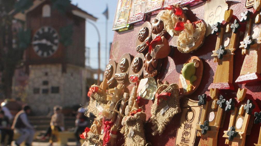 """Marca serrana. El reloj construido por alemanes hace 54 años congrega a los turistas cada 60 minutos, cuando aparece ahora la cucú a """"cantar la hora"""". Hay comercios que de unas 20 figuras, pasaron a vender 100 (LaVoz)."""