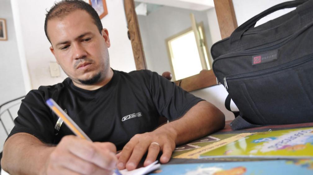 Daniel Zamudio. Es maestro y hoy será su primer día como docente titular en la Escuela Cura Brochero (Ramiro Pereyra / La Voz).