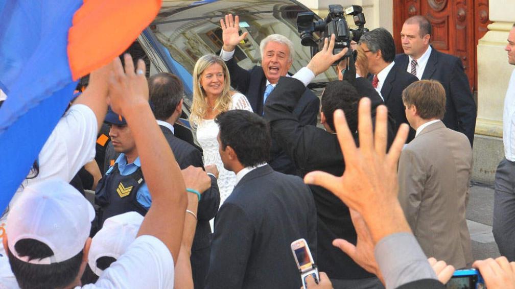 Saludo. De la Sota y Nazario salieron desde la Legislatura rumbo a Buenos Aires, para la jura de Cristina (Raimundo Viñuelas / La Voz).
