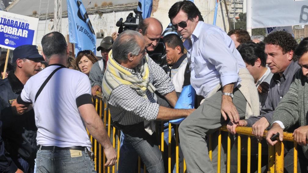 Escollo superado. Monserrat y gremialistas docentes saltaron las vallas, superaron a los policías y se metieron en el Centro Cívico (Raimundo Viñuelas/LaVoz).