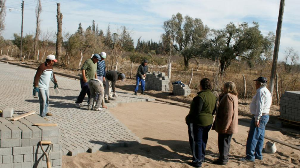 EL BRETE. Comienzan los trabajos para adoquinar la localidad (La Voz).