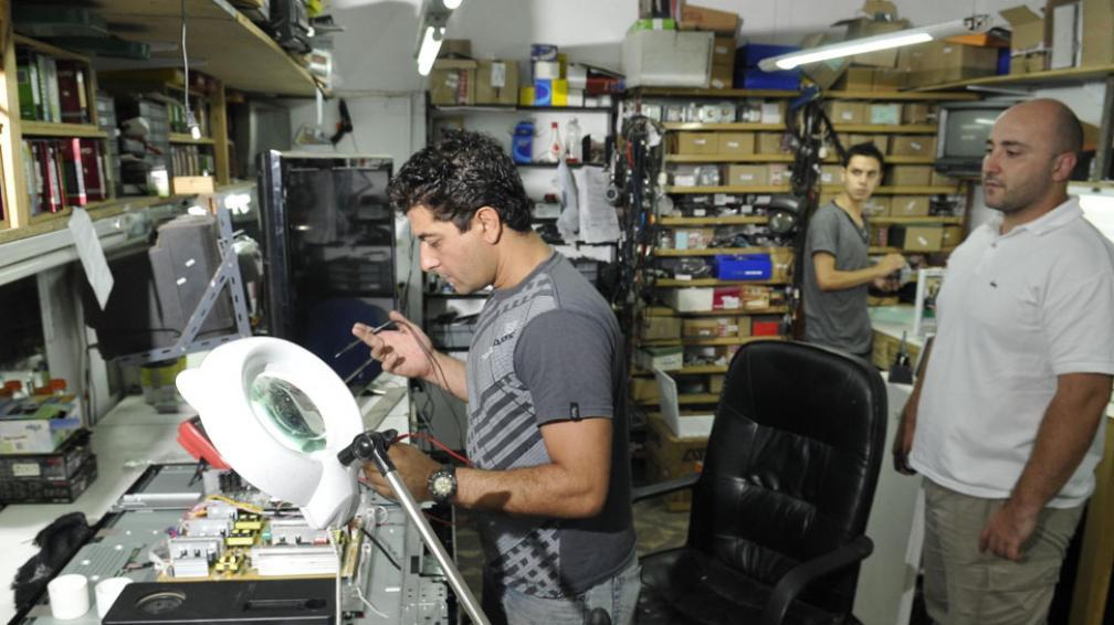 """Sin insumos. Así trabajan los services. """"Los importadores ni te atienden el teléfono"""", dice Sebastián (Ramiro Pereyra/La Voz)."""