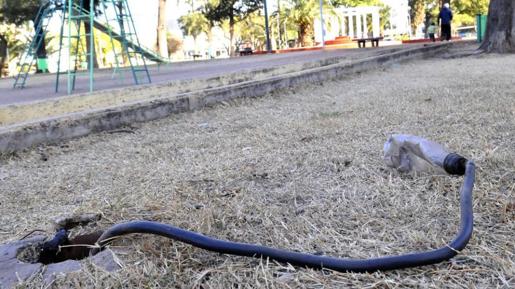 Plaza Rafael Núñez. El espacio verde de barrio San Martín muestra huellas de vandalismo (Ramiro Pereyra/LaVoz).