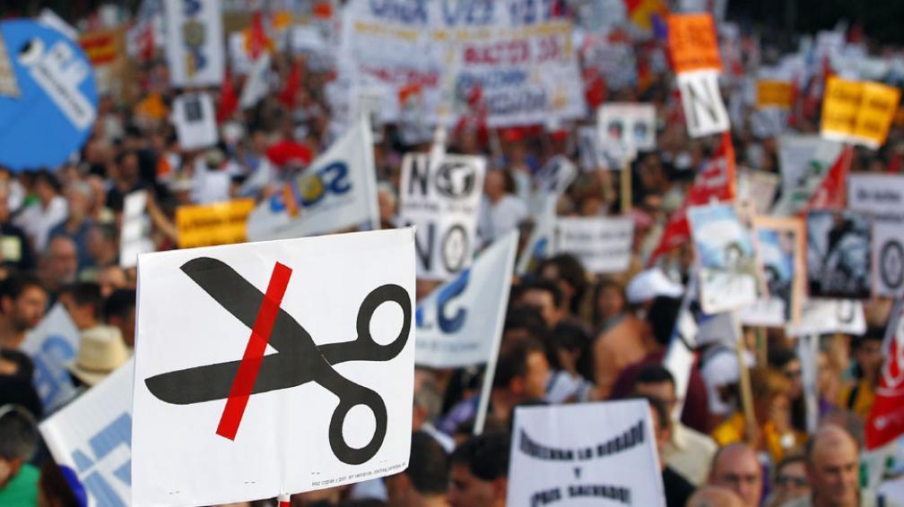 Masivo. Organizaciones sindicales, profesionales, sociales, culturales y de estudiantes, jueces y consumidores protestaron contra el ajuste (AP).