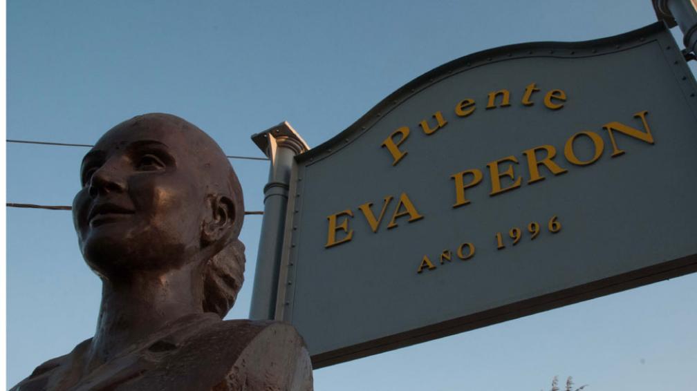 Santa Rosa de Calamuchita. Una efigie en el acceso al puente que lleva el nombre de la dirigente  (La Voz).