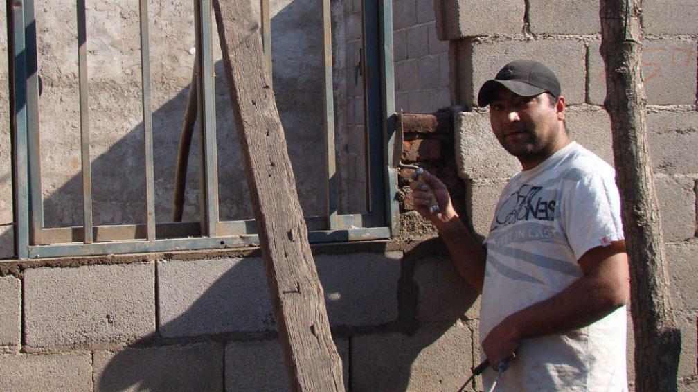 EN PLENA ACTIVIDAD. La familia enfrenta el duelo construyendo un lugar para los niños (LaVoz).