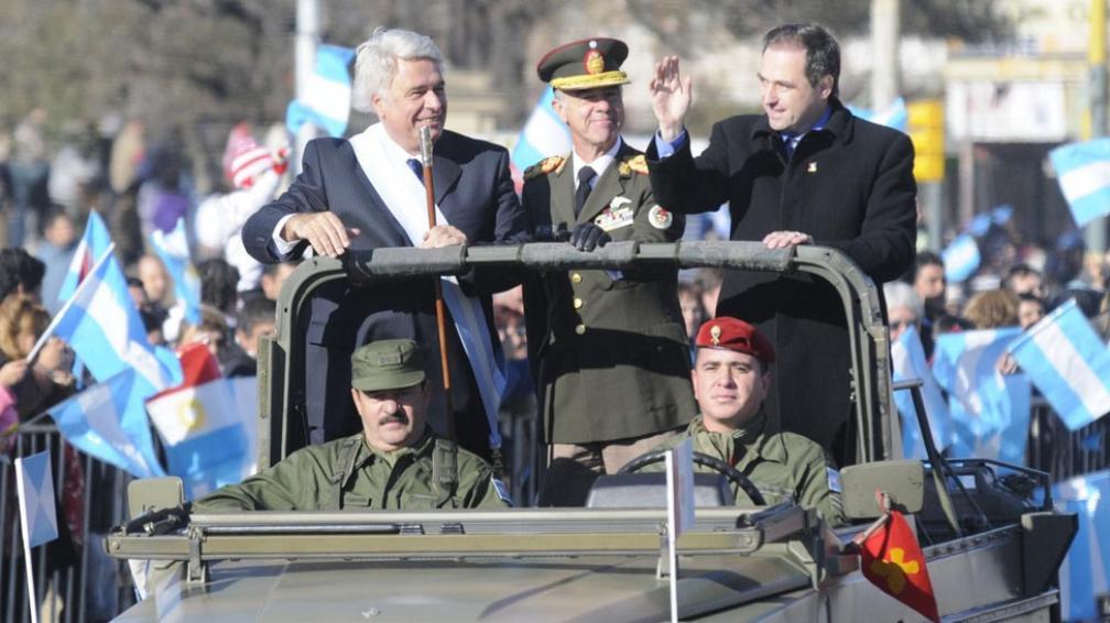 Desfile II. De la Sota, en compañía de Mestre, pasa revista a las tropas (Facundo Luque).