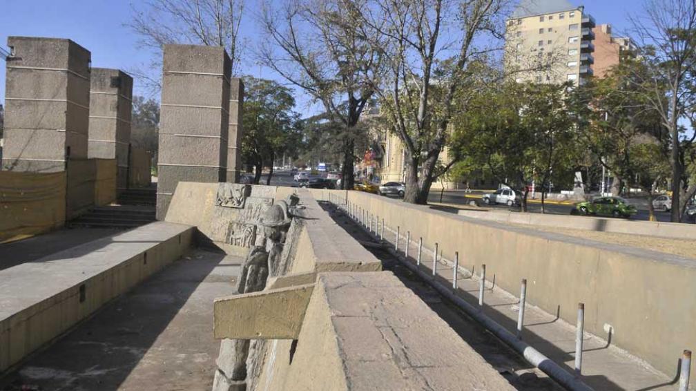 PLAZA ESPAÑA. Tiene una fuente enorme... sin picos de bronce. Funcionó hasta 2003 (La Voz/Raimundo Viñuelas).