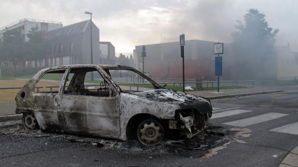 Desolación. El 14 de agosto pasado, una docena de autos fueron quemados en la localidad de Amiens, al norte de Francia, en enfrentamientos entre unos 100 jóvenes y la policía (AP)