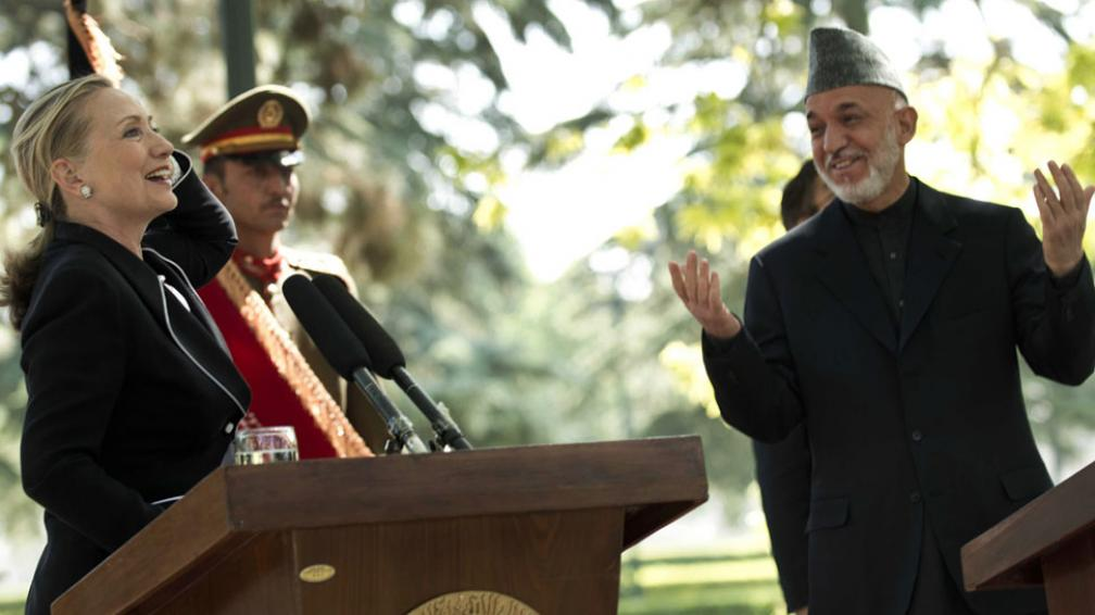 CLINTON. Durante la conferencia que dio poco después de llegar al país para tener conversaciones con el presidente afgano, Karzai (AP).