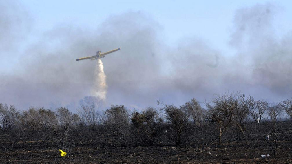 AEROPUERTO. Así se combaten las llamas en el lugar (Pedro Castillo).