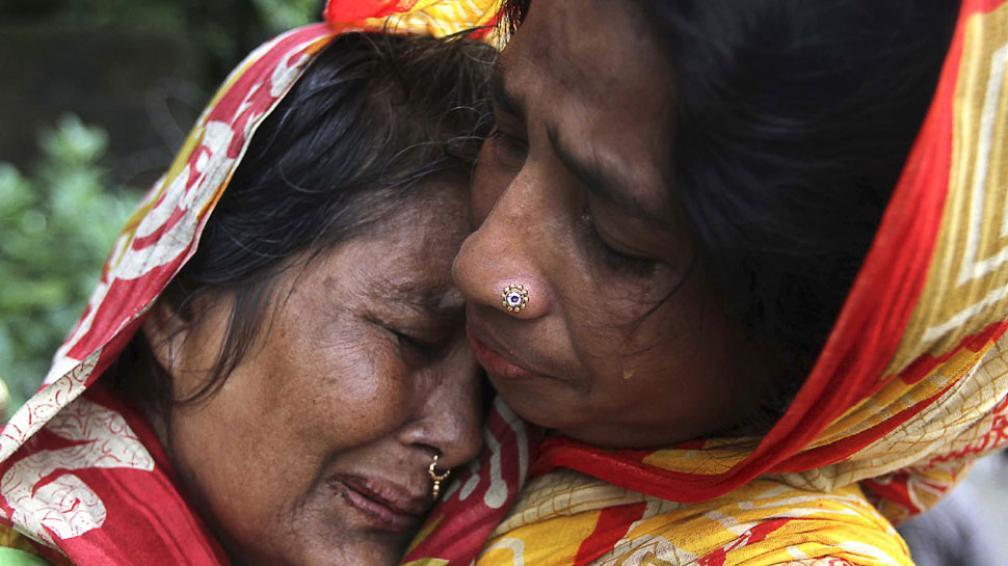 ALUD. Familiares de víctimas de desplazamientos en las afueras de Chittagong (AP).