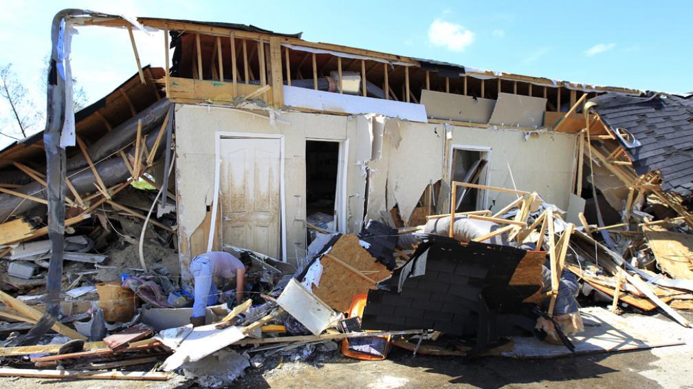 DESTROZOS. Según las estimaciones oficiales, cerca de 1.500 personas se encuentras aún evacuadas (AP).