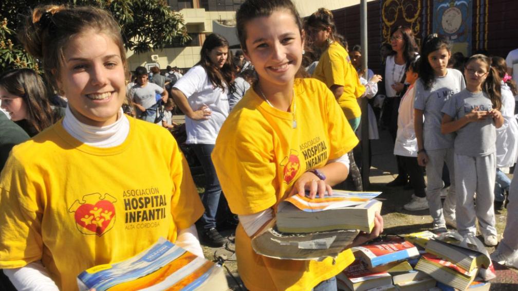 Entusiastas. Rocío y Melisa, el jueves pasado, en la explanada del Infantil. Ayudaron en la maratón papelera (La Voz / Ramiro Pereyra).