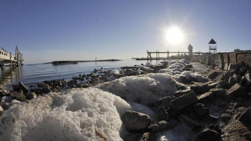 Al desnudo. La laguna va bajando y deja huellas de sal, que luego el viento esparce por la zona. En 2003, la laguna ocupaba 600 mil hectáreas. Hoy, 450 mil (Antonio Carrizo/La Voz).