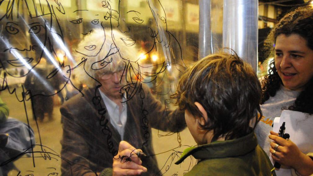 POR EL MUSEO. Para apoyar la continuidad de Barrilete se realizaron distintas actividades como un abrazo solidario (Martín Baez/LaVoz).